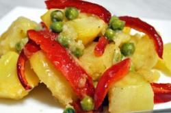 Erwten en aardappelen met knoflook