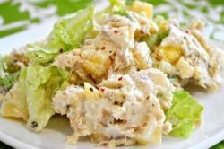Aardappelsalade met gerookte vis en appels