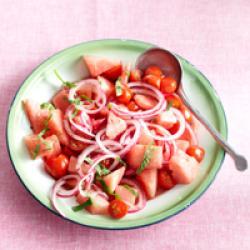 Watermeloensalade met tomaatjes en munt