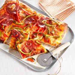 Plaatpizza met salami en paprika