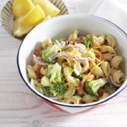 Tortellini met gerookte zalm en broccoli