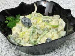 Aardappelsalade met erwten en mayonaise